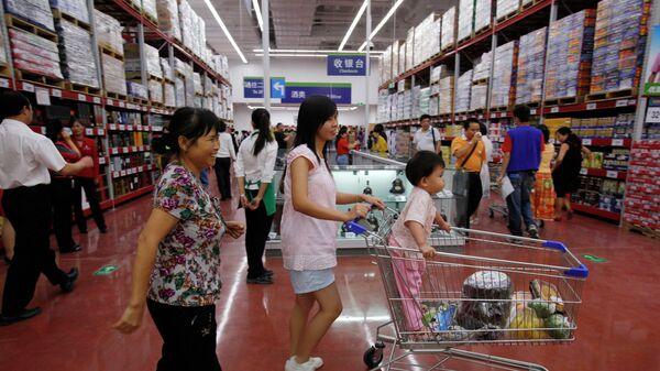 Покупатели в магазине Wal-Mart в Гуанчжоу, Китай. Архивное фото