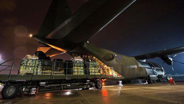 Погрузка гуманитарной помощи на самолет британских ВВС для Ирака. Архивное фото