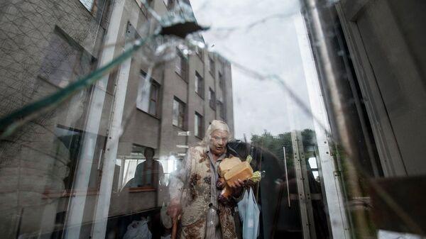 Пожилая женщина с продуктами. Украина. Архивное фото