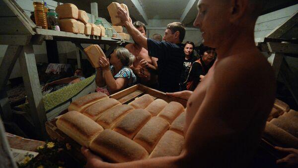 Жители Иловайска разбирают хлеб, привезенный ополченцами. Архивное фото