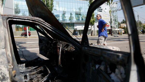 Автомобиль, сгоревший после артобстрела украинской армией центра Донецка. Архивное фото