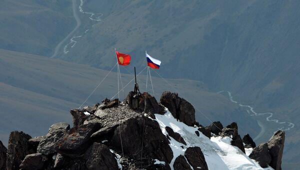 Киргизский и российский флаги. Архивное фото
