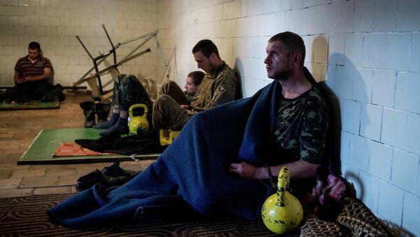Пленные военнослужащие украинской армии в штабе ополчения в Луганске
