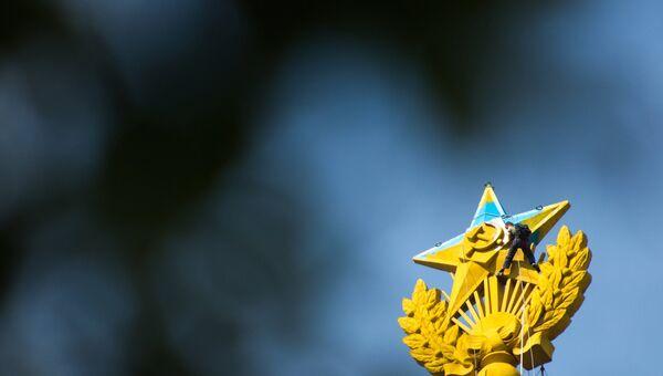 Шпиль высотки на Котельнической набережной, выкрашенный в цвета украинского флага. Архивное фото