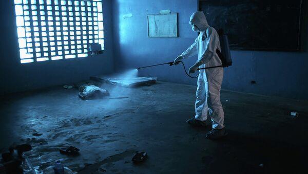 Дезинфекция помещения, в котором скончался больной лихорадкой Эбола. Архивное фото