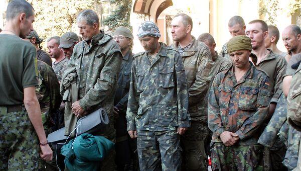 Пленные украинские военные, вывезенные из окружения под Иловайском