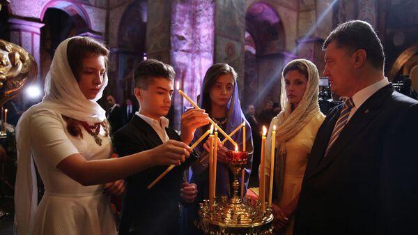 Президент Украины Петр Порошенко с супругой Мариной и детьми во время молитвы за Украину в Софийском соборе в Киеве