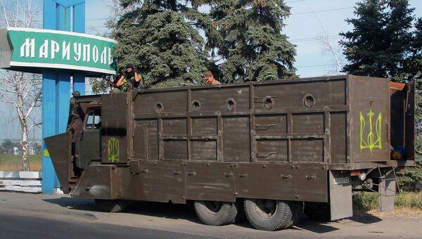 Бронированный автомобиль на въезде в город Мариуполь. Архивное фото