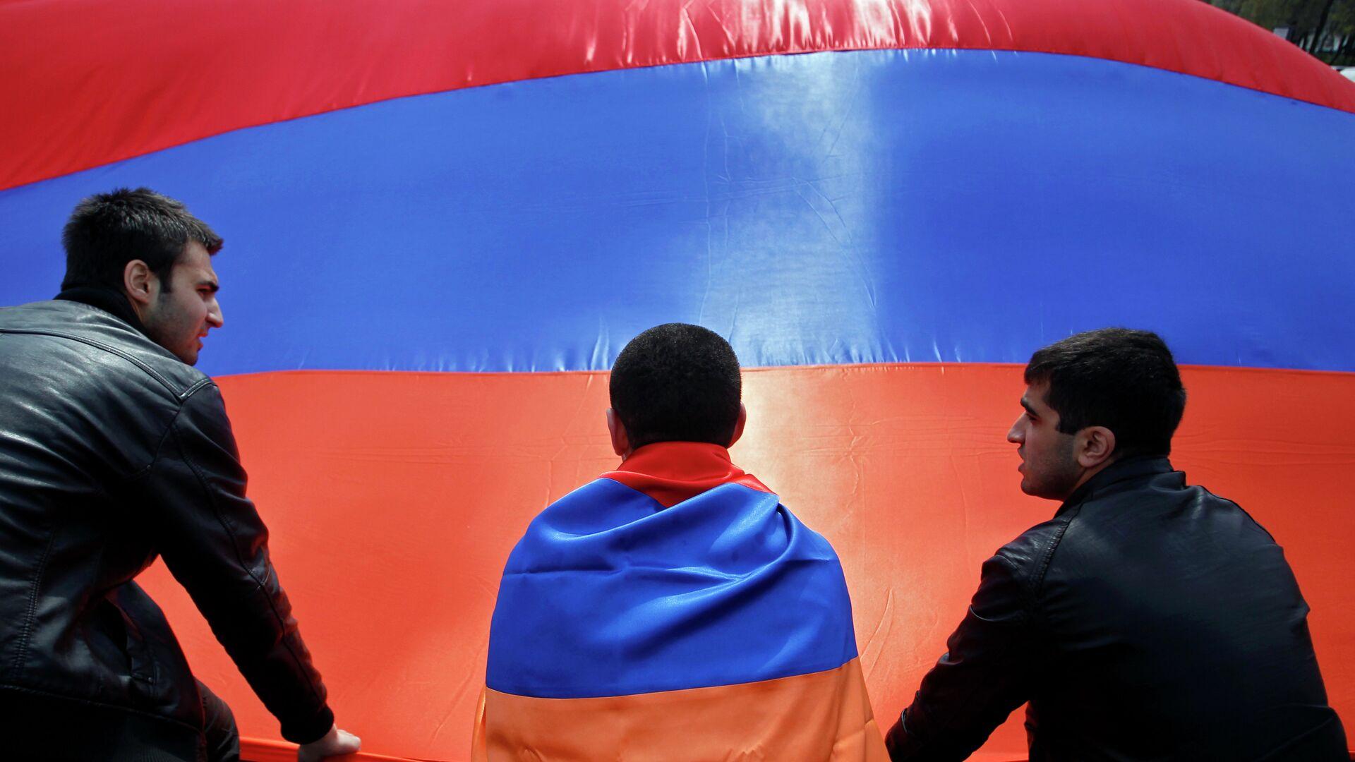 Люди на фоне флага Армении. Архивное фото - РИА Новости, 1920, 27.09.2020