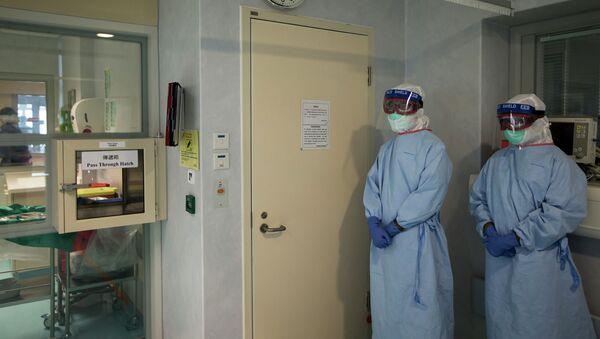 Медики в защитных костюмах. Архивное фото