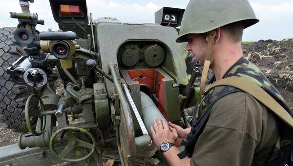 Артиллерист Украинской армии заряжает пушку