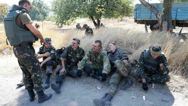 Украинские военные отдыхают на позиции возле Мариуполя