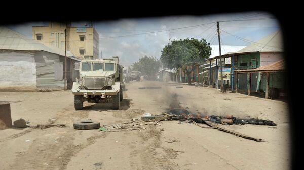 Бронированный автомобиль проезжает мимо блокпоста группировки Аш-Шабаб в Сомали. Архивное фото