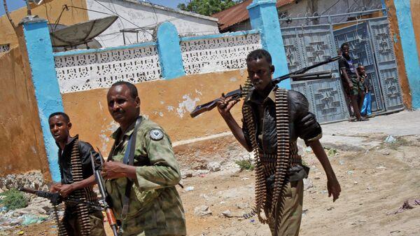 Солдаты армии Сомали патрулируют улицы Могадишо