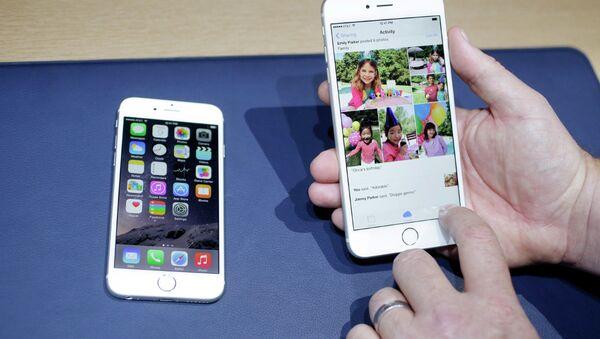 Айфон 6 (слева) и айфон 6 плюс на презентации Apple в Купертино, США