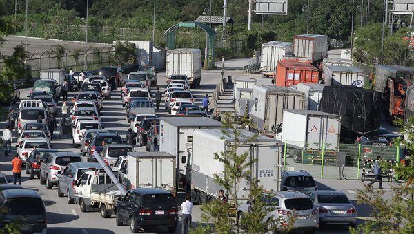 Автомобиль на выезде из промышленного региона Кэсон