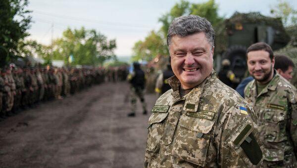 Петр Порошенко во время посещения военной базы в Харьковской области