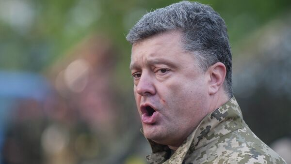 Петр Порошенко во время посещения военной базы в Харьковской области, Архивное фото