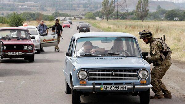 Солдат батальона Азов проверяет транспорт. Блокпост недалеко от Мариуполя