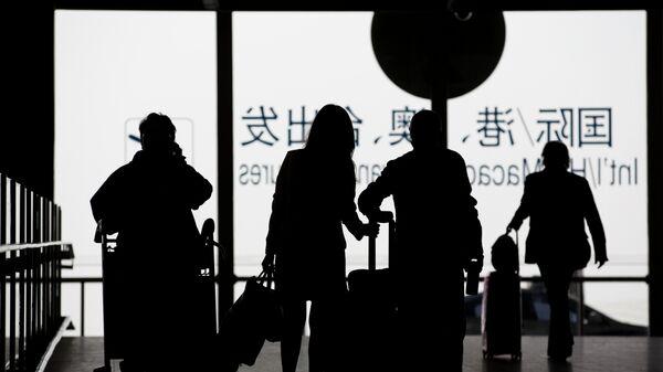 Пассажиры с багажом в международном аэропорту Пекина Шоуду, Китай