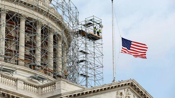 Американский флаг на здании Капитолия. Вашингтон, США. Архивное фото