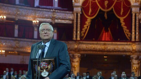 Актер Олег Басилашвили с наградой За выдающийся вклад в развитие театрального искусства