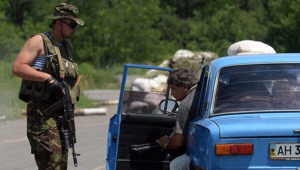 Досмотр автомобиля на блокпосту украинских военных. Архивное фото