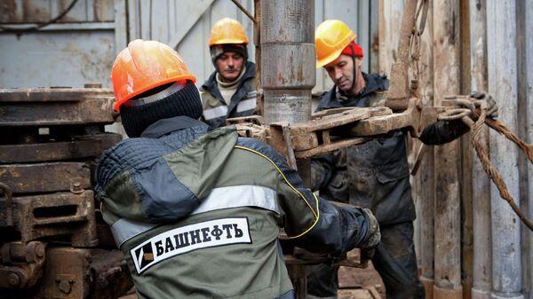 Добыча нефти работниками компании Башнефть, архивное фото
