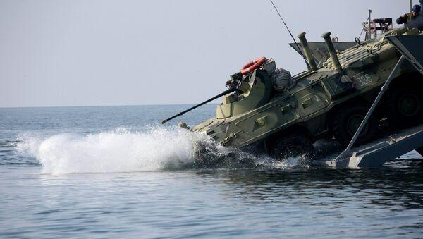 Высадка БТР с борта десантного катера. Архивное фото