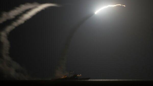 Ракетный крейсер ВМС США запускает ракету по позициям ИГИЛ в Сирии 23 сентября 2014