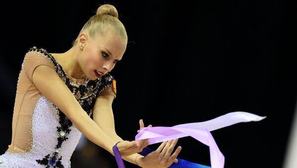 Яна Кудрявцева выполняет упражнения с лентой. Архивное фото