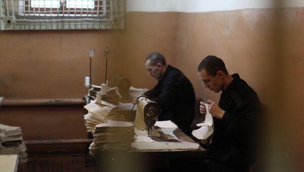 Заключенные исправительной колонии работают в швейном цехе. Архивное фото