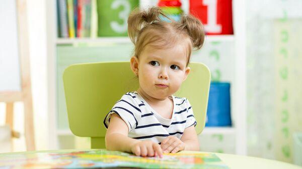 Девочка с книгой в детском саду
