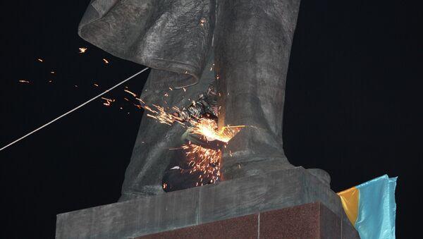 Снос памятника Ленину в Харькове. Архивное фото