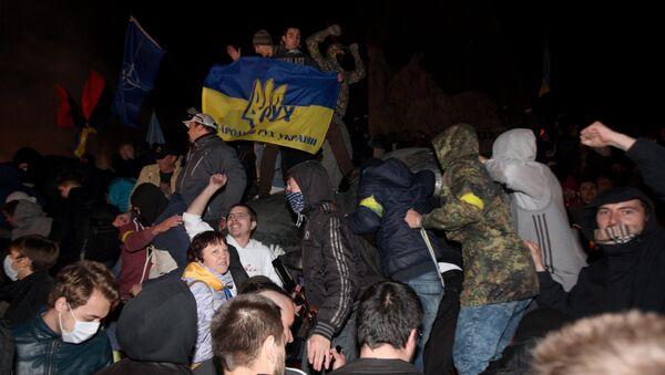 Неизвестные у снесенного памятника Ленину в Харькове