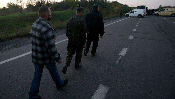 Украинские военные после во время обмена пленными в Донецке. Архивное фото
