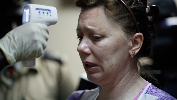 Процедура измерения температуры в связи с вспышкой лихорадки Эбола. Архивное фото