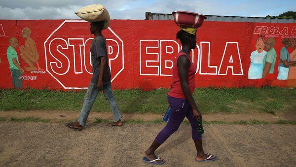 Стены с описанием симптомов лихорадки Эбола. архивное фото