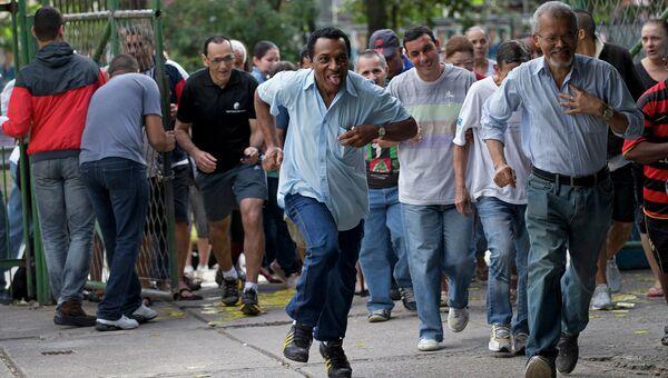 Жители Рио-де-Жанейро во время открытия избирательных участков на президентских выборах в Бразилии. 5 октября 2014