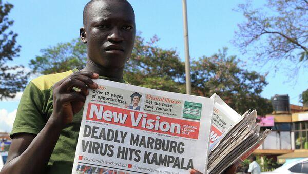 Газетчик на улице столицы Уганды с новостями о вспышке Марбургской лихорадки. 6 октября 2014