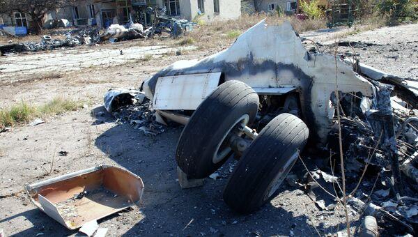 Разрушенный самолет в аэропорту города Донецка. Архивное фото