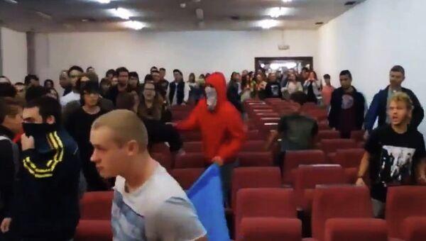 Испанские студенты отбили атаку украинских националистов