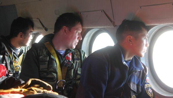 Сотрудники МЧС ведут наблюдение с борта вертолета МИ-8, архивное фото