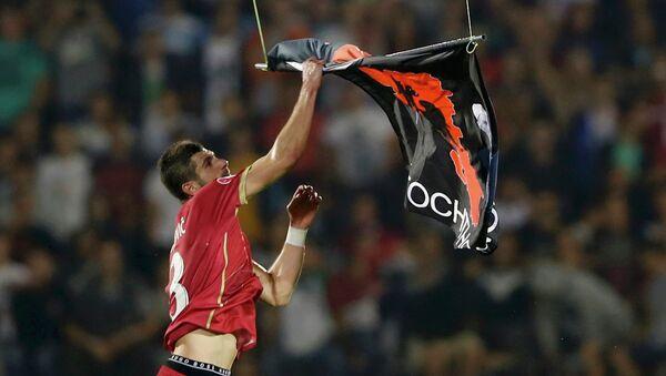Сербский защитник Стефан Митрович ловит албанский флаг