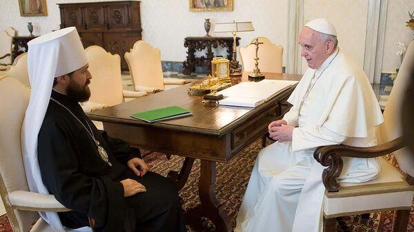 Митрополит Иларион на аудиенции у папы Римского Франциска 17 октября 2014 года