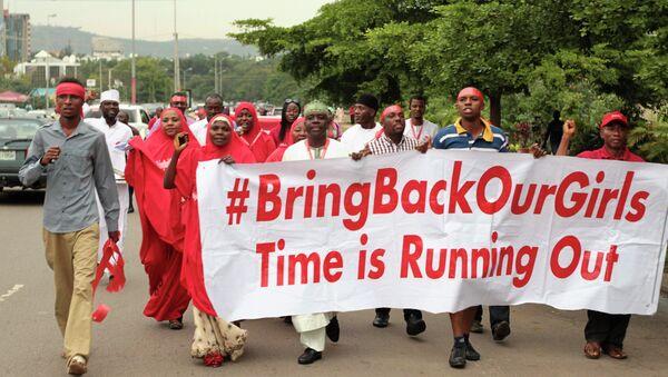 Митингующие с призывом освободить похищенных школьниц в Нигерии, 17 октября 2014