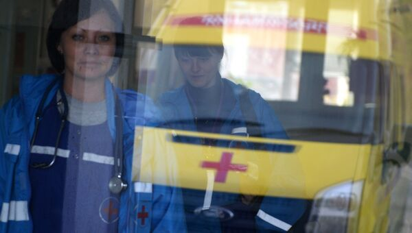 Врачи бригады скорой помощи в здании больницы. Архивное фото