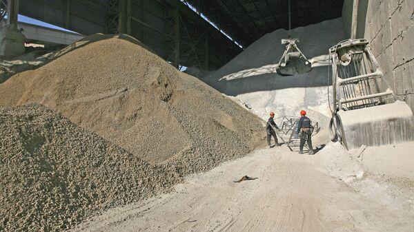Производство цемента на заводе. Архивное фото