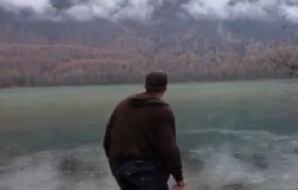 Странный звук из ледяного озера на Аляске