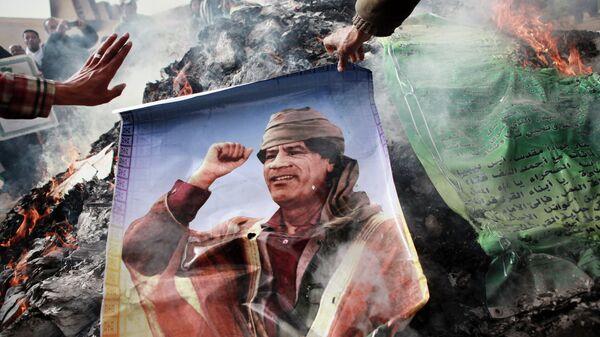Жители Бенгази сжигают портреты Муаммара Каддафи